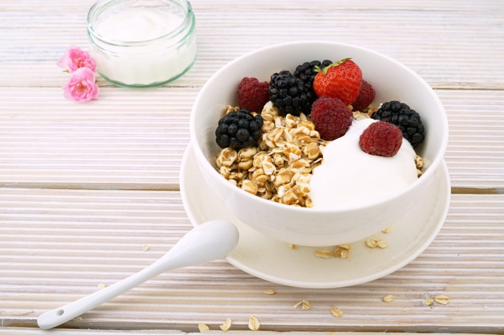 Plain yogurt for pregnancy with fruit and oats