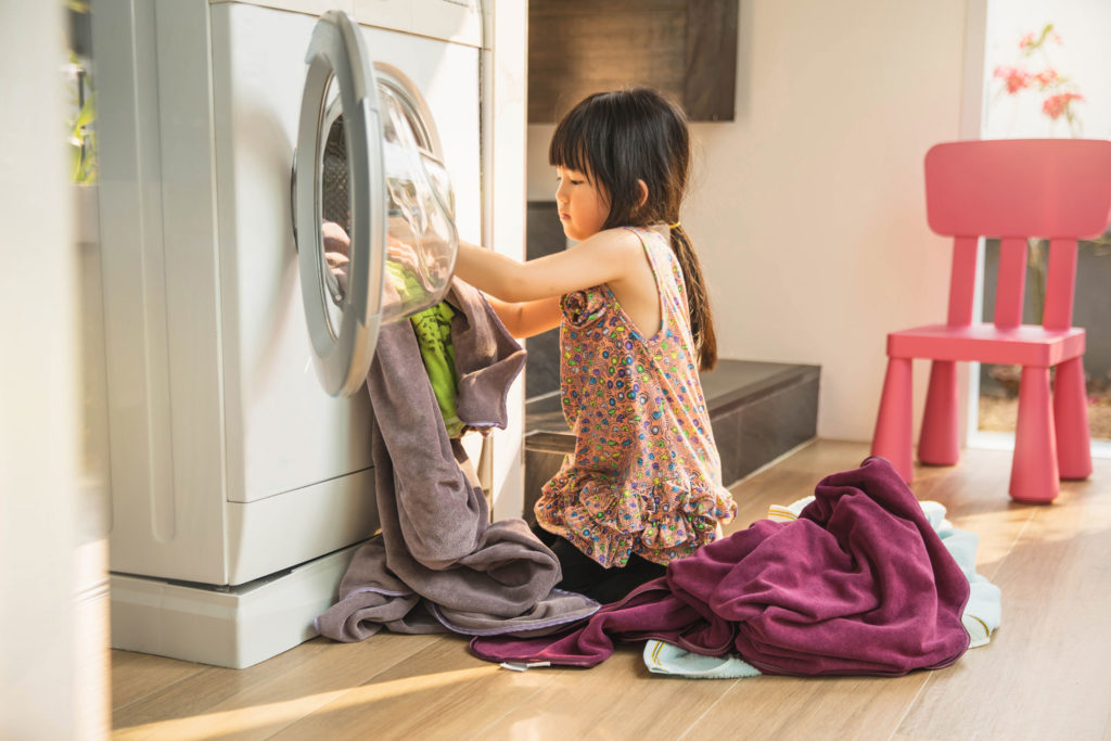 kids doing chores | kids doing laundry | West End Mamas